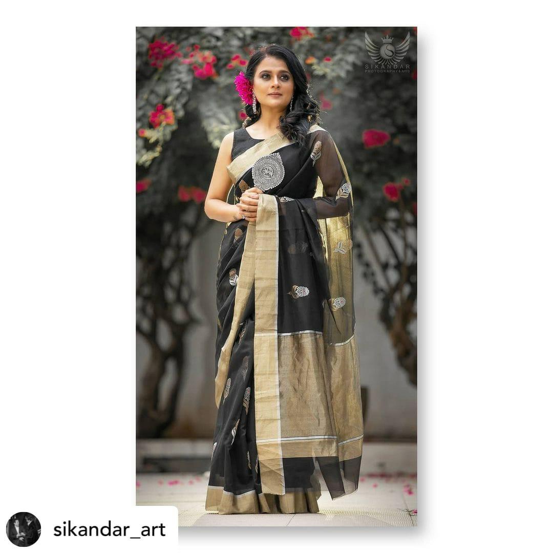 black saree standing look